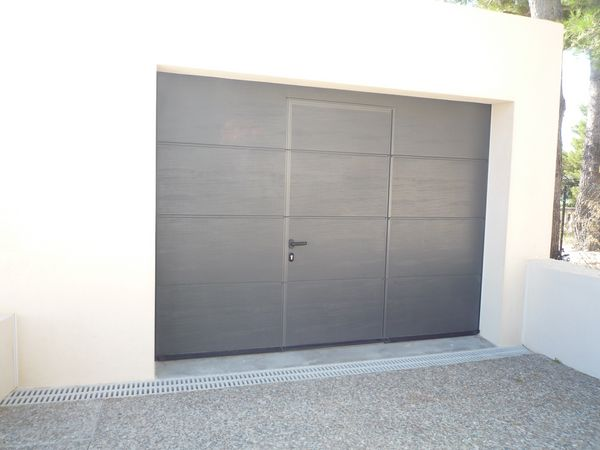 porte de garage sectionnelle avec porte de service. Black Bedroom Furniture Sets. Home Design Ideas